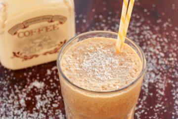 Skinny coffee milkshake - Healthy breakfast drink vegan and dairy free - recipe from thepetitecook.com