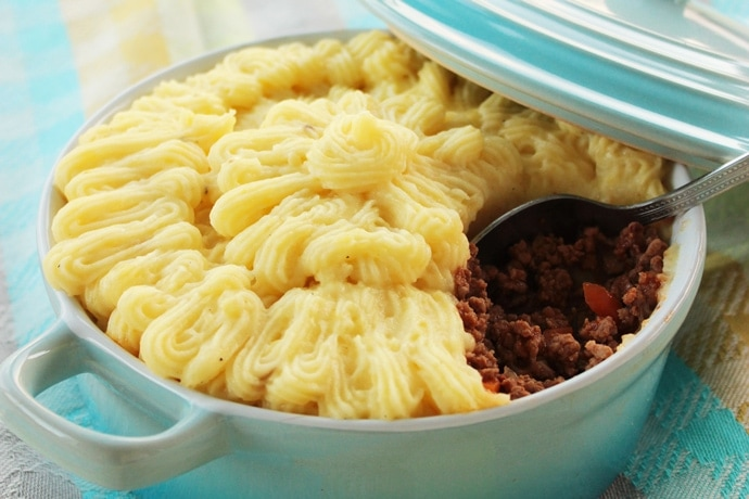 Traditional british Shepherd's Pie - The Perfect comfort food for the cold season. Recipe from thepetitecook.com