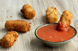 deep-fried rigatoni with marinara sauce - thepetitecook.com