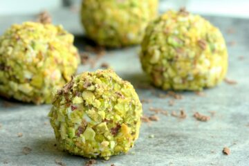 Incredibly easy to make, these mini cannoli truffles have all sicilian cannoli flavors delivered in a bite-sized version. recipe by thepetitecook.com
