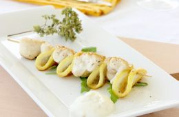 Light Chicken Lemon Skewers - Easy, quick, healthy and naturally low cal, gluten free and dairy free - recipe by thepetitecook.com