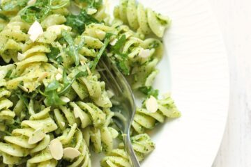 This pasta with rocket pesto recipe is ready in 15 min and completely vegetarian, a tasty choice for a quick spring-perfect meatless Monday lunch! recipe by thepetitecook.com