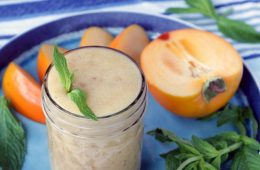 This vegan Apple and Persimmon smoothie is an amazing breakfast treat for busy fall days! And indulgent drink, but absolutely healthy and 100% vegan!
