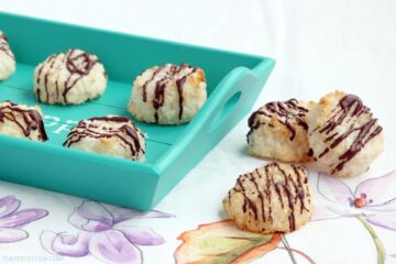 Crunchy on the outside and soft and chewy within, a good coconut macaroon is impossible to resist. Plus, these easy Coconut Macaroons only take 20 min to make! Recipe from thepetitecook.com