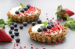These easy Berry and Mascarpone Granola Tarts make a quick and satisfying dessert – Ready in just 30 min, it's a perfect weekend treat or an easy Valentine's Day dessert idea! Recipe by The Petite Cook - www.thepetitecook.com