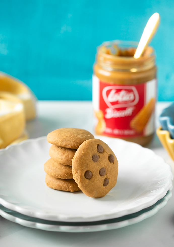 2-ingredient Biscoff cookies with and wihout chocolate chips served on a plate.